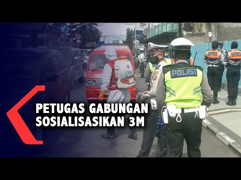 petugas gabungan bagikan masker dan penyemprotan disinfektan