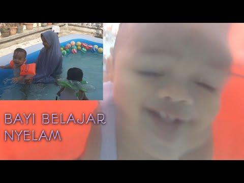 berenang di kolam balon (bayi 1th belajar nyelam)