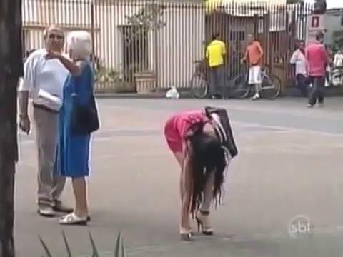 Homens não conseguem ajudar idosa e fica prestando atenção na Piriguete