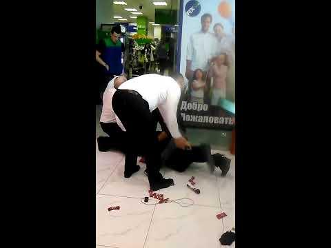 Жестко скрутили укравшего шоколадку в магазине Fix Price