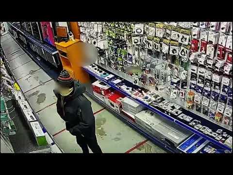 В Якутске мужчина обворовал магазин дважды и попал на видео