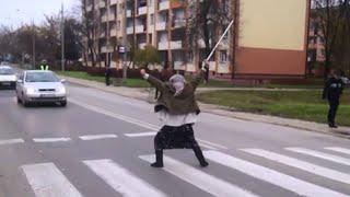 Babcia tańczy na ulicy. Nietypowa akcja policji