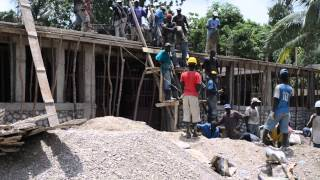 preview picture of video 'Haitians building a concrete roof'