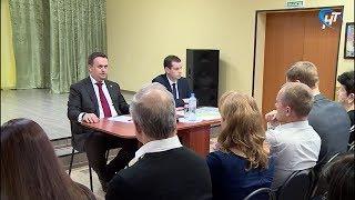 Андрей Никитин рассказал жителям Новгородского района, когда отремонтируют местные дороги
