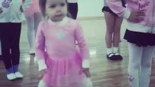 Девочка танцует на занятиях танца