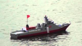 Thuỷ phi cơ cùng tàu chiến hồ Linh Đàm