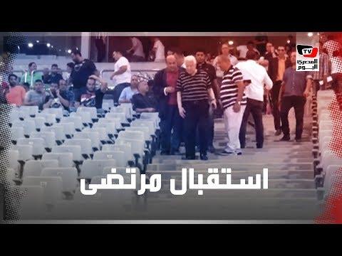 حصار زملكاوي لمرتضى منصور لالتقاط السيلفي معه لحظة وصوله «برج العرب»