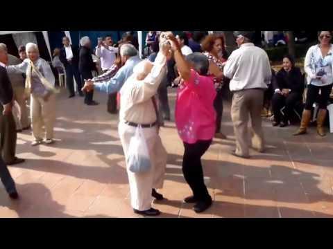 opa wirft krücken weg und tanzt ab lustig