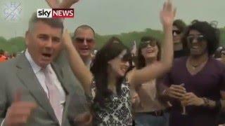 Смотреть онлайн Подборка: люди целуют корреспондентов в прямом эфире