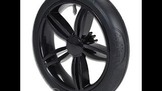 Kinderwagen mit einem platten Reifen flicken