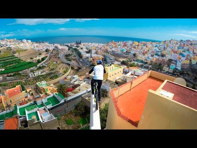 مغامر يقود درجاته فوق أسطح المباني بالبرازيل