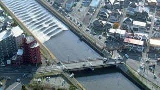 Momento en que el tsunami tras el terremoto de Japón invierte el caudal de un río