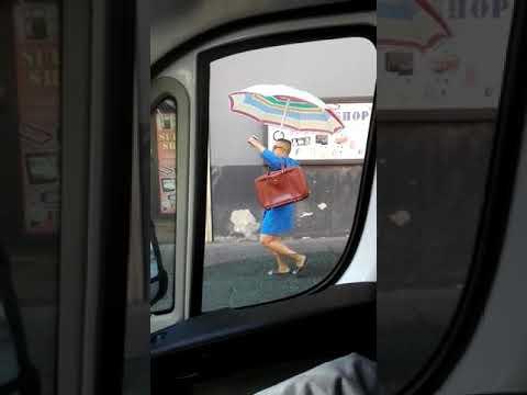 Uomo in accappatoio per le strade di Catania