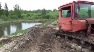 Трактор DT-75 Pаботаeт бульдозер