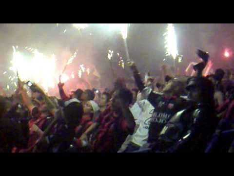 """""""********Se quema el gallinero!!!!!****"""" Barra: La 12 • Club: Alajuelense"""