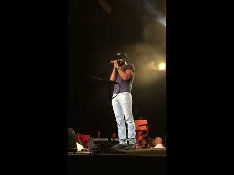 Luke Bryan - Reading Girl's Message's and answer's her phone call