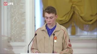 Путин вручает звезду Героя вдове лётчика Филипова