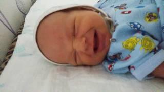 Малыш  1 месяц  реагирует  на мамин голос)))