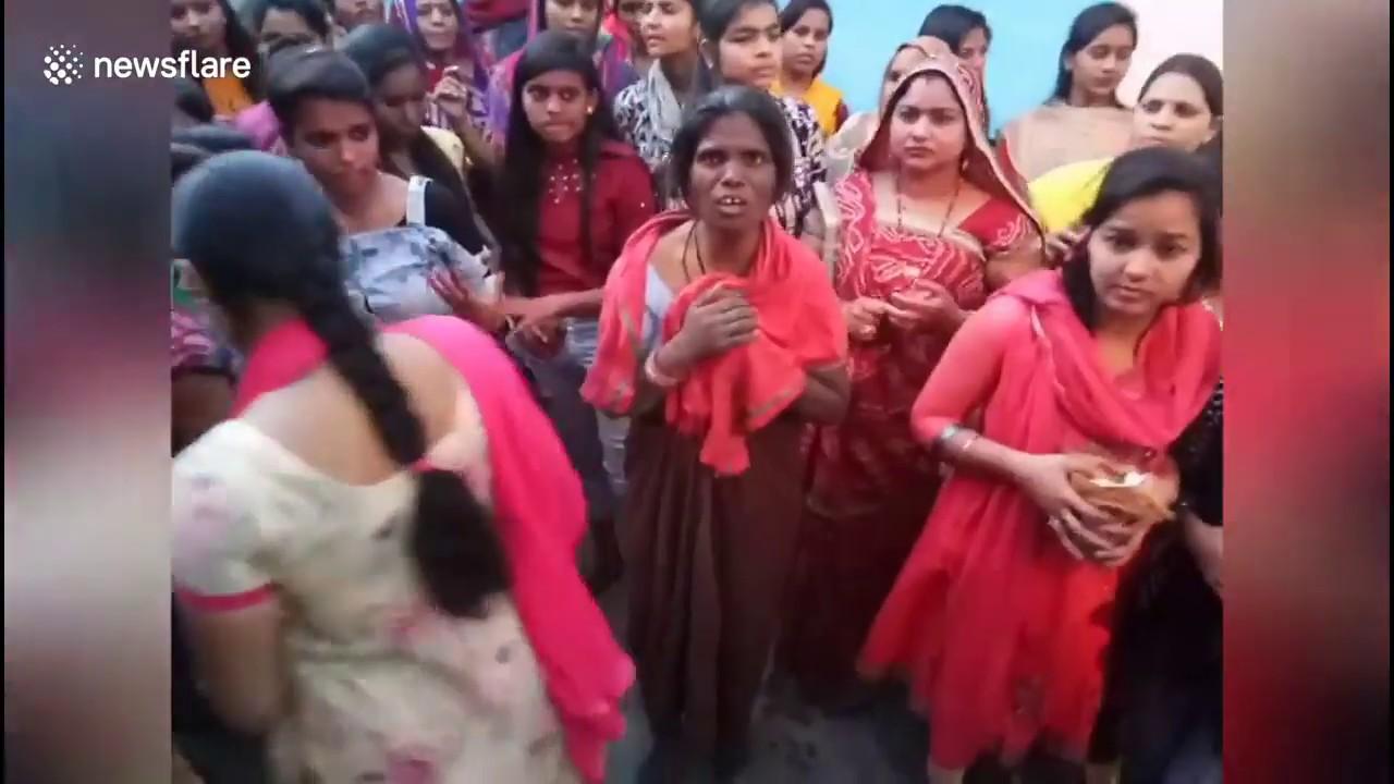 Женщина упала на раскаленные угли во время праздника в Индии