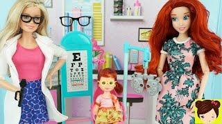 Bebe de Disney Ariel Necesita Gafas y Visita a Barbie Oculista - Historias con Muñecas Juguetes Titi