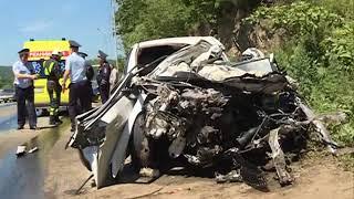 Водитель и пассажир легковушки пострадали в страшном ДТП с грузовиком