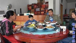 老男孩有口福了,给小姨家修冷藏柜,小姨做了一桌好吃的