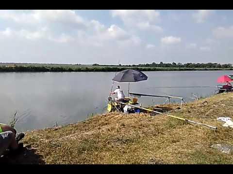 Mare che pesca sulla barca in Soci