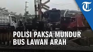 Viral Video Duel Mobil Polisi dan Bus di Tengah Jalan, Bus Dipaksa Mundur dan Dipepet dari Depan