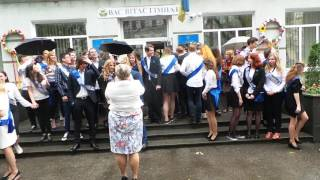Гимназисты выпускники выпускают шарики в небо)