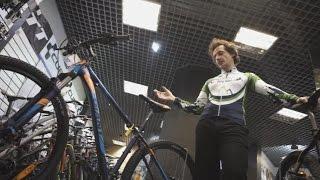 Видео: Различия между горными велосипедами продвинутого и экспертного уровней