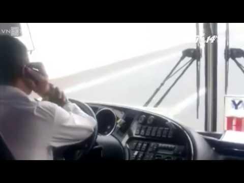 (VTC14)_Tài xế vừa nghe điện thoại vừa lái xe bằng cùi chỏ