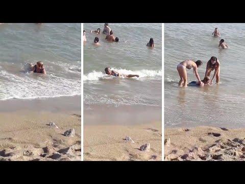 العرب اليوم - موجة تطيح بسيدة تتسبب في دخول المصيفين في نوبة ضحك