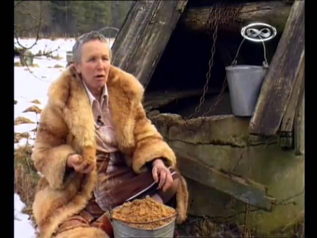 امرأة من ليتوانيا تأكل التراب صباح مساء وسط تعجب أهل القرية