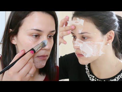 Les masques cosmétiques pour la personne par les mains