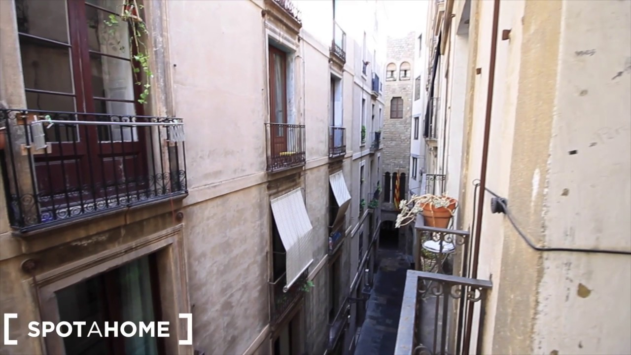 Rooms for rent in 6-bedroom apartment with balconies in Barri Gòtic
