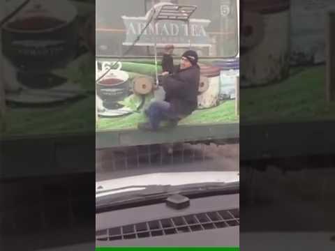 Водитель троллейбуса избил зацепера