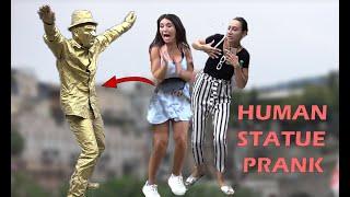 bromas farsa con estatua