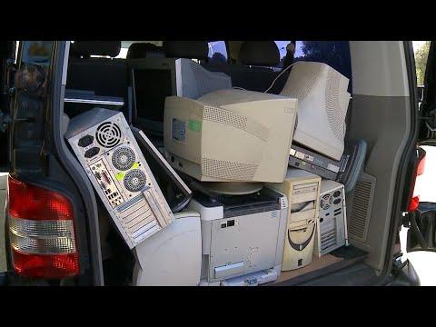 Волонтеры помогают пенсионерам сдать старую электронику на утилизацию