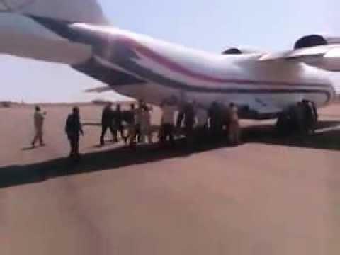 دفع طائرة سودانية بالأيدي قبل إقلاعها