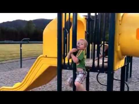 Kleiner Junge fällt vom Klettergerüst :D