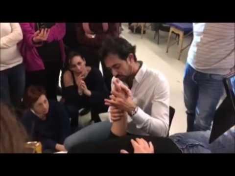 Come trattare una pietra su una gamba di lato a un pollice