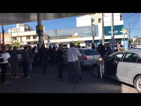 Papai Noel brigando no posto de gasolina em Araranguá