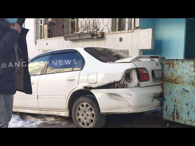 В Ангарске легковой автомобиль влетел в подъезд жилого дома