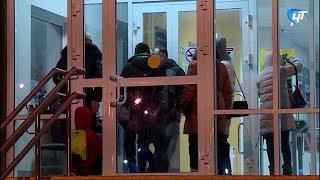 Сотни родителей собираются в школах Великого Новгорода, чтобы записать своих детей в первые классы