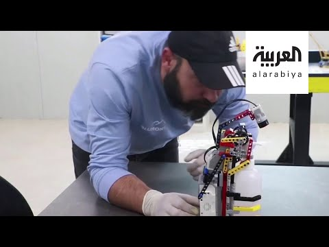 العرب اليوم - شاهد: لاجئون سوريون يبتكرون إنسانًا آليًا يوزع المطهر بمخيمهم لمنع عدوى