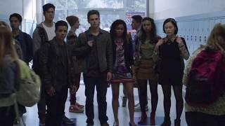 Extrait (VF) : Clay et Courtney font visiter le lycée
