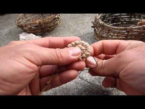 Einen Korb aus Lärchenzweigen flechten