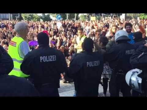 G20: Polizisten nehmen Helme ab und werden bejubelt