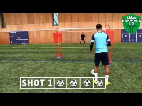 Halı sahada Ronaldinho'nun efsane golü atıldı.