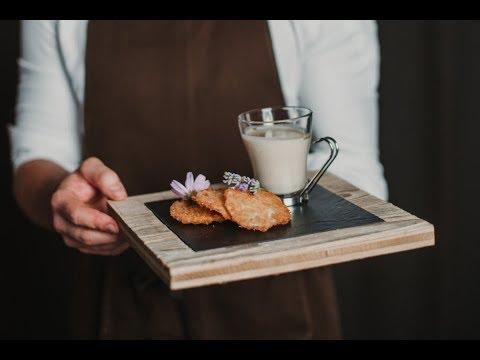 Cappuccino di sedano rapa con raviolo fritto alla mela e ricotta